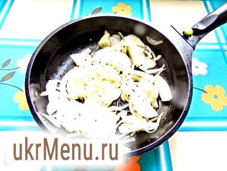 Фото - У сковороді розігріти олію і обсмажити спочатку цибулю і нарізаний пластинками часник, посолити і поперчити.