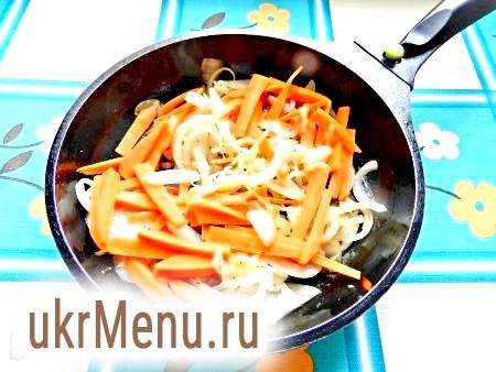 Фото - Потім додати моркву і обсмажити всі разом до легкого золотистого кольору.
