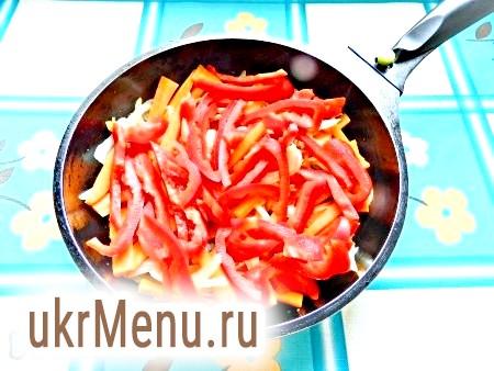 Фото - Викласти в сковороду перець, нарізаний смужками, обсмажити ще близько 1 хвилини.