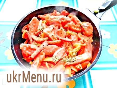 Фото - Потім додати очищені від шкірки і нарізані помідори, присипати сухими італійськими травами, перемішати, готувати 1-1,5 хвилини, щоб помідори пустили сік.