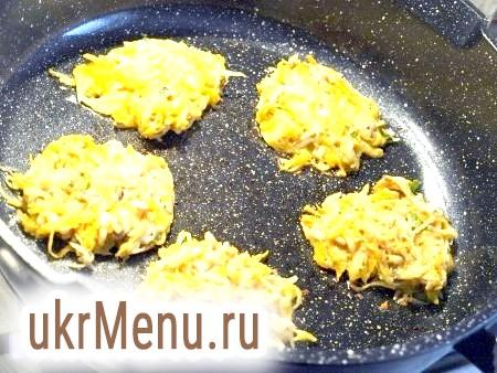 Фото - На сковороду в розігріте рослинне масло ложкою викладаємо отриману масу, злегка притискаючи до дна. Обсмажуємо гарбузово-картопляні деруни з двох сторін.